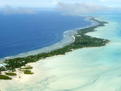 (Low and narrow, Kiribati is at risk from seawater)